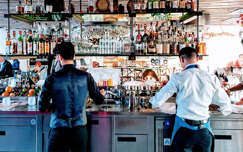 bar manager al lavoro