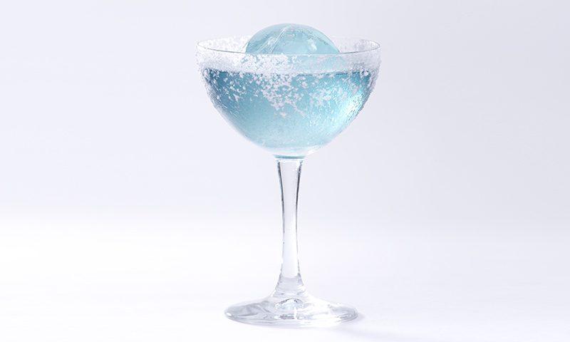 bicchiere con aviation cocktail azzurro